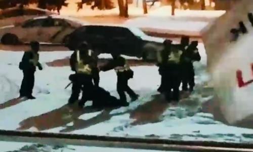 Драку паяных нацгвардейцев в центре Киева слили в сеть. Видео